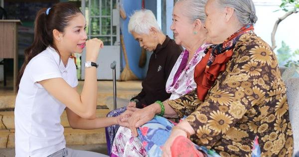 Ngày Gia đình Việt Nam:Phạm Hương thăm nghệ sĩ lão thành